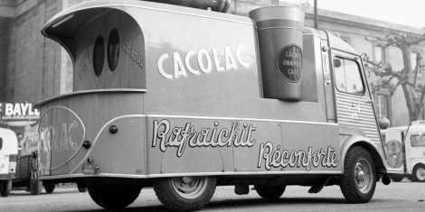 la-caravane-publicitaire-du-tour-de-france-devant-le-palais-de-justice-de-bordeaux-en-1956